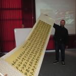 Александар Богдановић поклонио је библиотеци свитак са калиграфски исписаним текстом на кинеском језику, који је сам урадио